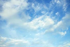 himmel med moln på en solig dag. foto