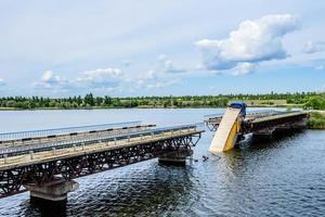 förstörelse av brostrukturer över floden foto