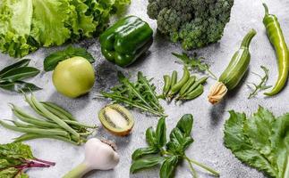 sammansättning av ljusa och saftiga gröna grönsaker, kryddor och örter foto