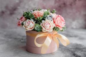bukett med vackra ljusa rosblommor foto