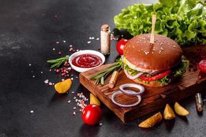 utsökt färsk hemlagad hamburgare på ett träbord foto
