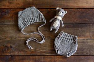 stickade vackra mjuka leksaker, hattar och shorts för spädbarn foto