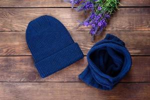 vackra ullstickade saker hatt och snood foto