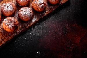 vackra läckra färska kakaomuffins på julbordet foto