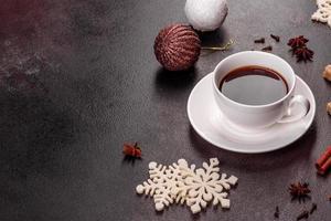 en kopp starkt kaffe på julbordet foto