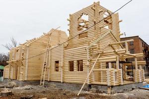 konstruktion av en kristen kyrka av träbehandlade stockar foto