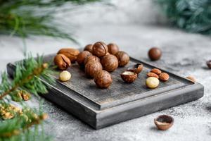 flera typer av nötter mot bakgrunden foto
