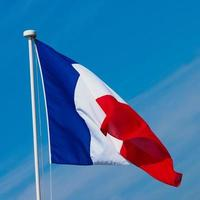 franska flaggan i Frankrike över blå himmel foto