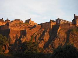 Edinburghs slott vid solnedgången foto
