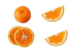 färska apelsiner isolerad på en vit bakgrund foto