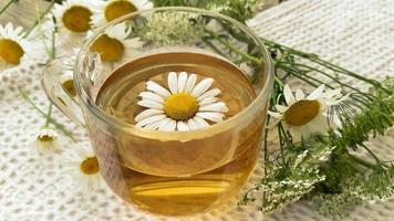 lugnande varmt te med kamomillblommor foto