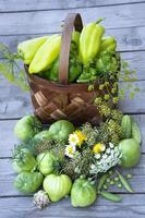 grönsaker i en korg på en träbakgrund foto