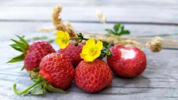 närbild jordgubbar med torra gula kvistar av sedge foto