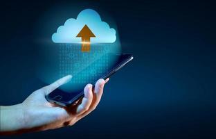 digital datauppsättning av binära nummer som skickas till molnen på en blå foto