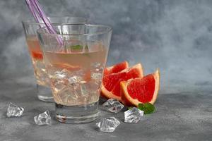 cocktail med grapefrukt på en ljus bakgrund foto