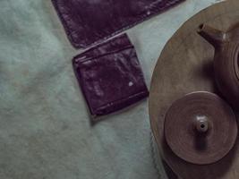 närbild handgjord tekanna och lock från yixing lera foto