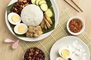 traditionellt nasi lemak måltidsarrangemang foto