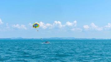 sommarlov turistlycka glad med parasailing foto