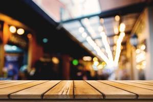 tomt träbord och framsidan av abstrakt suddig bakgrund foto