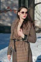 mode street style charmig tjej i vinterkläder foto