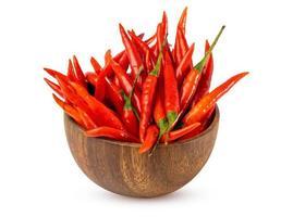 röd paprika i skål på vit bakgrund foto