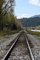 tåg som kommer ner på banan foto