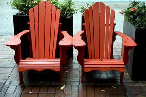 två tomma röda stolar foto