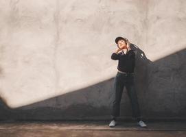 glad ung asiatisk kvinna som lyssnar på musik med hörlurar foto