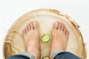 närbild fötter i skål foto