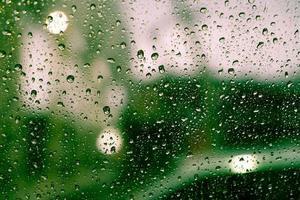 regndroppar på fönstret foto