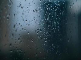 regndroppar på fönster. våta fönster stadsljus regn droppar foto