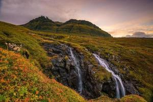 landskap av berg och vattenfall på Island foto