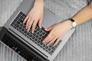 flickan skriver på tangentbordet. vy uppifrån. foto