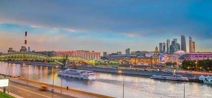 Moskvas stads skyline affärsdistrikt och Moskva floden i Ryssland foto