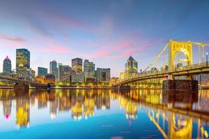 panorama över centrala Pittsburgh i skymningen foto