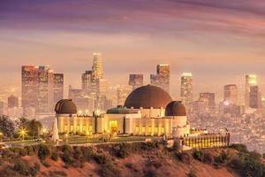 Griffith -observatoriet och Los Angeles stadssilhuett i skymningen foto