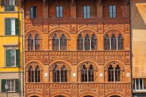 fasaddekoration i pisas stadskärna, Italien foto