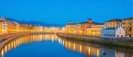 Pisa stadssilhuett och Arno-floden foto