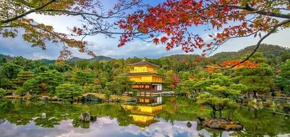 den gyllene paviljongen i kinkaku-ji-templet i kyoto, japan foto
