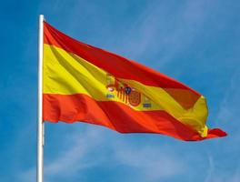 spanska flaggan i Spanien över blå himmel foto
