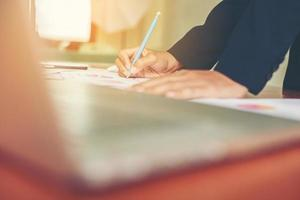 affärskvinna händer som antecknar när de arbetar foto