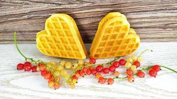 kakor med hjärtan med vinbär på en träbakgrund foto