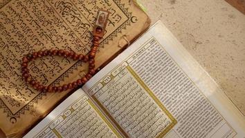 foton av Koranen och bönpärlor, dessa foton är perfekta för
