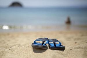 blå flip-flop på stranden foto
