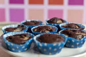 närbild av handgjorda chokladmuffins i vit tallrik. foto