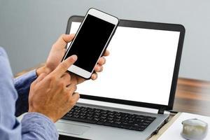 närbild handen håller smartphone foto