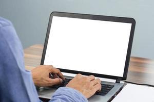 man använder datorskärmsmockup på kontoret foto