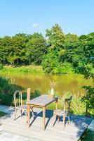 tomt bord och stol med utsikt över floden och blå himmel foto