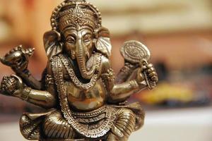 närbild av statyett av gud ganesha foto