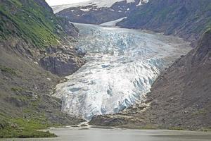kustglaciären som kommer ut ur bergen foto